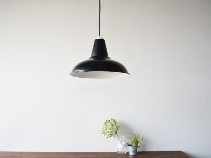 洗練されたデザインのアルミ製ライト。ダイニングやキッチンなどのスポットライトに適しています。コードの長さは調整できるので、設置に困らず便利ですね。