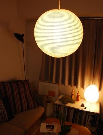 和紙と竹ひごで作られた和の照明「AKARI」は、大きさや形の種類が豊富です。写真は幅30cm×高さ28cmのタイプ。均一な幅で美しく編まれた竹ひごに、繊細な職人技を感じます。