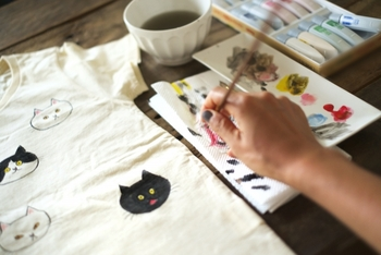 布用の絵の具は洗濯しても落ちない特殊な絵の具です。真っ白なTシャツにお絵かきして、オリジナルのTシャツを作ってみましょう!