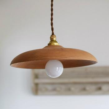 栗の木でできた温かみのあるランプシェード。金具は真鍮で、良いアクセントになっています。木の美しさを保ちたいなら、みつろうクリームを塗るのがおすすめ。