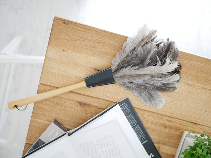 毎日お掃除しているのに溜まってしまうホコリにうんざり…。そんな時に活躍してくれるのがハタキです。SMARTの「フェザーダスター」は、天然木にブラックの革、オーストリッチの羽毛を使用しているのでシックな印象。ぶら下げておくだけでもおしゃれな雰囲気です♪