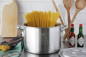 コックさんのマークがかわいらしい「中尾アルミ製作所」の「キングポット」シリーズ。一流ホテルの厨房でプロに愛されてきた、プロ仕様のお鍋です。取っ手も含めてすべてアルミ製なので軽くて、見た目もスタイリッシュ。