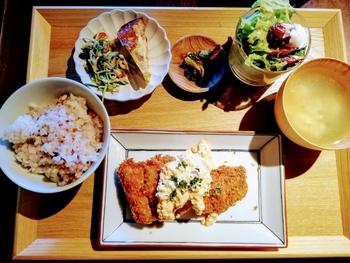 本日の定食ランチは、お肉とお魚があります。付け合わせにもこだわっているので、カフェごはんは物足りない、という男性も満足できるボリュームです。定食の十五穀米とお味噌汁はおかわり自由なのもうれしいですね。