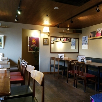 旧日光街道沿いの「カフェ 寛味堂」は、やわらかい照明と落ち着いた雰囲気が魅力。週末のデートでどこに行こうか迷ったら、ここでランチをしながらおしゃべりしませんか?