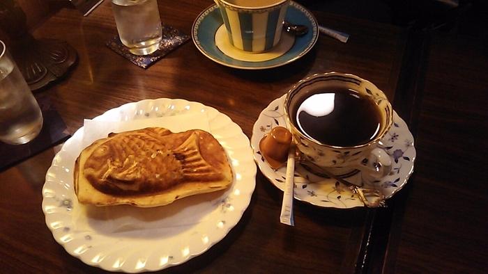 昔懐かしいたい焼きは、注文を受けてから焼いてくれますよ。皮がパリパリで中のあんこはほっかほか。コーヒーと一緒にいただけば、時間がゆっくりと流れているような気分を味わえます。