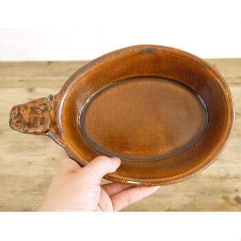 陶芸家の作品でも、オーブンレンジ対応の耐熱陶器(グラタン皿など)はありますが、「電子レンジはあたため程度可」という場合も。商品によっては「耐熱陶器」と表示されていても耐熱温度が高くない場合があるので、気を付けたいポイントです。  自分にとって万能な耐熱皿かどうか、「使用区分の表記」をあらかじめ確認しましょう。