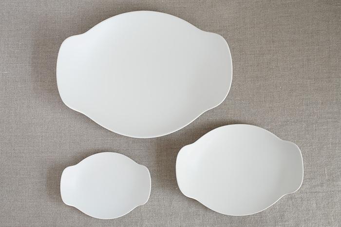磁器作家でありながら、プロダクト製品のプロデュースもこなすイイホシユミコさんによるテーブルシリーズ「bon appetit(ボナペティ)」。無駄のないシンプルなかたちでありながら、どんな空間でも馴染むハイセンスなアイテム作りに定評があります。