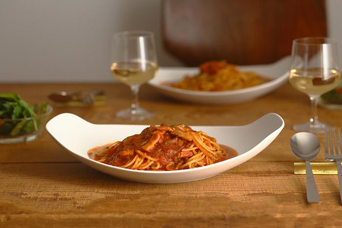 舟のように両端が立ち上がり、持ちやすいデザイン。普段のテーブルもグッとおしゃれな雰囲気に変えてくれます。サイズはS、M、Lの3サイズ。「L」はパスタやカレー、煮魚など、和洋問わずさまざまなお料理に使えます。深さがあるので、少しくらいなら汁気のある料理でも問題なく盛りつけられます。
