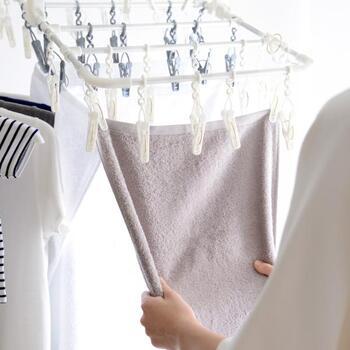 ピンチ同士が絡まりにくい仕様であったり、引っ張るだけで洗濯物が一気に取り込めるものなど、機能性にこだわったピンチハンガーも人気です。毎日使うものだから、こうした小さなストレスがなくなれば、もっと洗濯が楽しくなるかも。