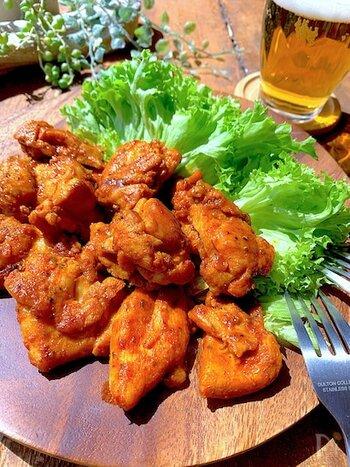 さまざまなスパイスをポリ袋に入れ、ひと口大に切った鶏もも肉を入れてシャカシャカ。味をなじませたら、フライパンで焼くだけ。漬け込まなくていいので、時間がないときにもおすすめ。