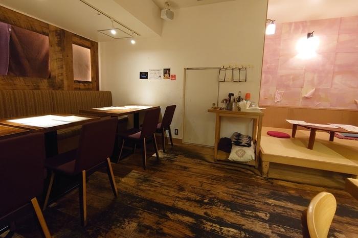 駅からすぐのキタテラスにある「一歩一歩のカフェ食堂」は、やわらかい照明と、木を多く使ったインテリアなど、静かで落ち着いた雰囲気が魅力のカフェです。