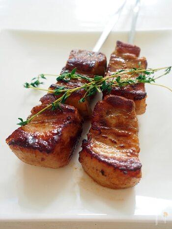 """ピンチョ・モルーノと呼ばれるスパイスポークの串焼き。""""ムーア人のケバブ(串)""""という意味で、イスラムの影響を受けた料理だとか。スペインバルの定番タパスのひとつだそうです。スパイスたっぷりのマリネ液に浸し、フライパンで蒸し焼きに。こんがり焼き色を付けたら、串に刺します。"""