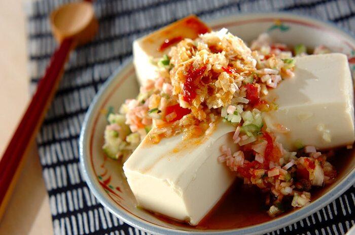 シンプルな和風の冷奴もいいですが、中華奴はいかがですか?豆腐にハムや野菜のみじん切りをのせ、香り高いねぎ油を熱してかけます。ジュッという音もごちそうですね。