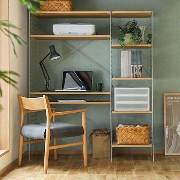 使い方に合わせて自由に組み替えられるユニットシェルフです。棚位置やデスクの高さも成長に合わせて変えられて便利。小さなスペースで壁面を有効活用でき、大容量。収納力・機能面ともに◎