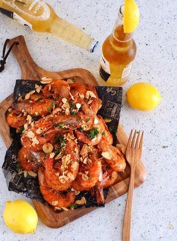 殻付き海老のガーリックシュリンプは、たまらないおいしさ!ビール片手に、豪快に手づかみで楽しみたいですね。フライパンで簡単にできます。