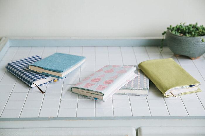 布1枚で作るブックカバー。パタンパタンと布を折って直線縫い、裏返すとアラ不思議!ブックカバーになっているのです。楽しい作り方についつい何度も作りたくなりますね。コミックスや変形版のブックカバーはなかなか売っていなくて…というお悩みも、これでスッキリ解決です。