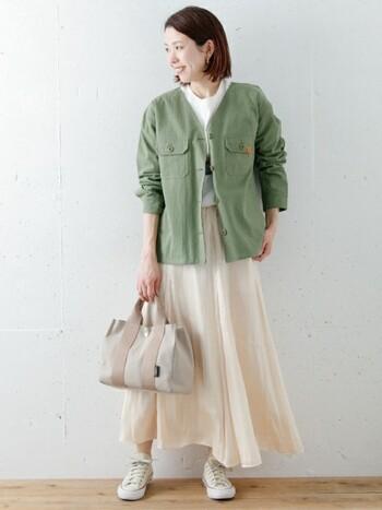 サラっとしたスカートは、羽織以外はワントーンでコーデ。ジャケットだけメンズライクなニュアンスで取り入れると、コーデのコントラストが深まりメリハリのあるコーデに。