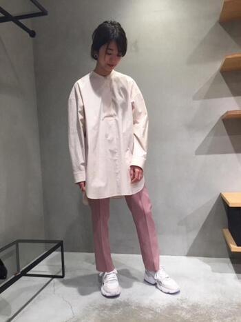 センタープレスの効いた気持ちも明るくなるピンクのパンツに、ライトピンクのシャツを合わせて季節のお花のグラデーションのような色合いに。足元はスニーカーでカジュアルさも加えればトレンド感満載。