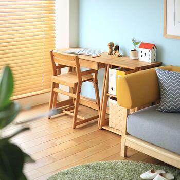 集中して勉強や作業をするためには椅子とデスクの高さもポイントです。 椅子に座ってデスクに手を乗せたときに、デスクの天板とヒジがほぼ同じ高さになること、足が床か椅子の足置きに付いていることが大切です。
