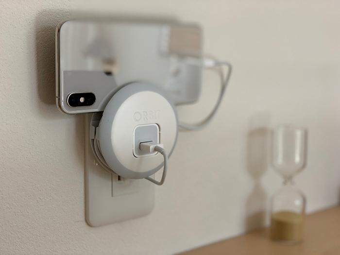 iPhoneの充電アダプターとコードをすっきりまとめられるケーブルホルダー。真ん中の部分にアダプターを差し込み、コードは周りにくるっと巻いて使用します。そのままコンセントに差して充電できる優れもの。iPhone置き場としても使えます。