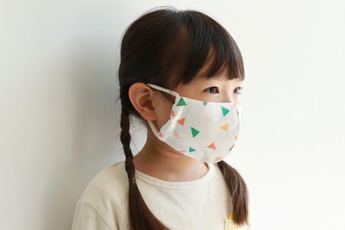 最近話題の布マスク。手作りするなら、きちんと顔にフィットして使い勝手が良いものを目指したいですよね。型紙があれば、とても簡単に作ることができますので、お気に入りの布でぜひ挑戦してみてください。親子やカップルでお揃いや色違いにしてみてもいいですよね。