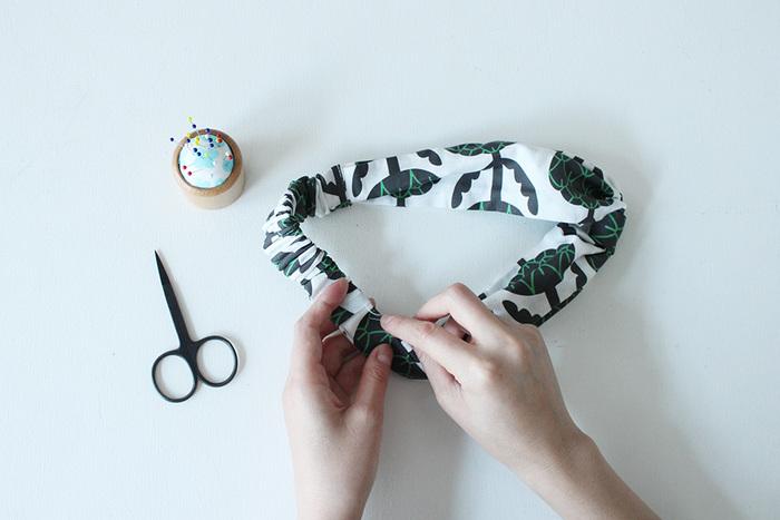 短時間で作ることができるファッション小物としておすすめなのがヘアバンド(ヘアターバン)。手縫いでも難しいことがないので、思い立った時に作ることができます。美容院になかなか行けなくて、髪がまとまらない...なんて時の救世主的アイテム。ハンドメイドならサイズもアジャストしやすくて自分にぴったりのものが出来上がりますよ。