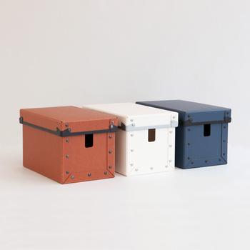 丈夫な紙製のコード収納ボックス。スリットからコードを出すことができます。蓋ができるので、埃の掃除も簡単です。いくつか並べてもおしゃれですね。