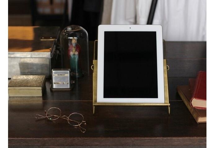 機能的ながら、アンティークな雰囲気を醸してくれる真鍮製のスタンド。