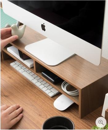 """下はキーボードやマウスの""""休憩スペース""""。奥行きが出たデスクで書き物をしたり、コーヒータイムにしたり…♪"""