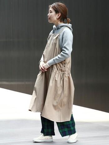 ボトムにパンツや長めのパンツやスカートを合わせるのも有りです♪ ワンピースだけど、ボトムの重ね着も楽しめるのがエプロンワンピの魅力的なところ。