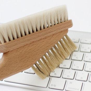 キーボードの隙間などに詰まってしまったホコリは、なかなか取りにくいもの。山羊毛の柔らかなパソコン用ブラシなら、傷つけることなくしっかりとお掃除できます。