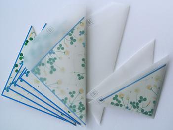 透け感のある三角形の封筒と正方形の便箋のセット。クローバーをモチーフにしたデザインは、手紙とともに幸せを一緒に届けてくれるはずです。