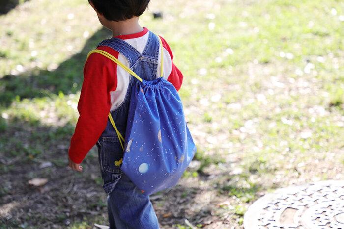 巾着の応用で作れるナップサックは、お着替え入れや子どもの手荷物入れにぴったり。軽くて背負いやすく、口の開け閉めが簡単なので、小さいお子様のファーストリュックに人気です。好きなキャラクターの布地で作ったら、自分の荷物を喜んで持ってくれるようになる、なんて嬉しい効果も期待できるかも!