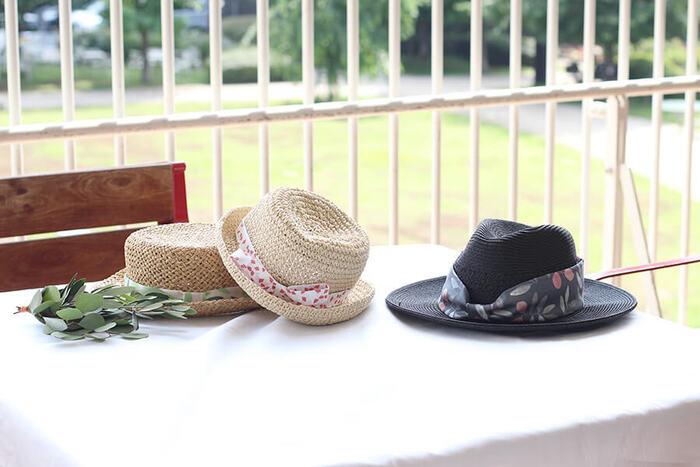 小さいお子さんの麦わら帽子姿って、本当にかわいいですよね。市販の麦わら帽子をオリジナルにアレンジする、こんなアイデアはいかがでしょうか?市販の帽子のリボンがちょっと好みに合わないな、という時にも、リボンを替えると見違えるように自分好みに!子どもも自分の帽子がひと目で分かり、愛着もひとしおです。