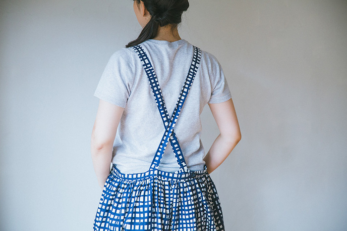 すきま時間にちょっと使うのにも向いているハンディミシンの利点を生かして、工程を少しずつ分けて縫い進められるエプロンワンピースに挑戦!洋服はロックミシンやジグザグミシンを使うアイテムが多いのですが、こちらはどちらも必要なし、ハンディミシンだけで完成させることができます。