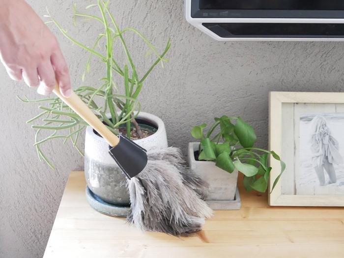 ホコリのないスッキリとしたお部屋でいるコツは、気づいた時にササッとお掃除すること。オブジェや観葉植物など、動かすのがちょっと面倒なものも、柔らかい羽がしなやかに曲がるのでそのまま払えます。ホコリはパソコンの故障の原因にもなるので、こまめにお掃除してくださいね。