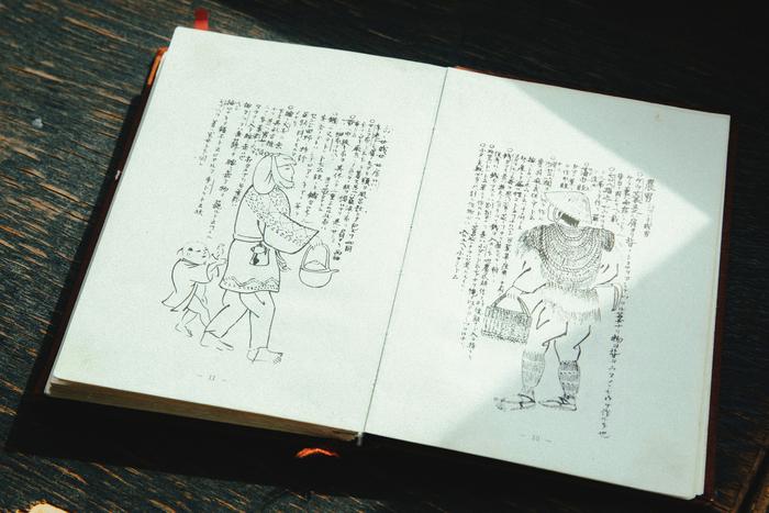 比良野貞彦『奥民図彙(おうみんずい)』1788(天明8)年発行。津軽藩士であった著者が津軽の習俗を紹介している。左ページにはこぎん刺し着物を着た農婦が描かれている