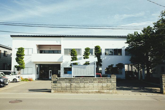 「弘前こぎん研究所」が入所する白亜の建物は、日本を代表する建築家・前川國男の処女作。2003年6月には国の登録有形文化財に登録された。翌2004年には、「DOCOMOMO100選」に選定された