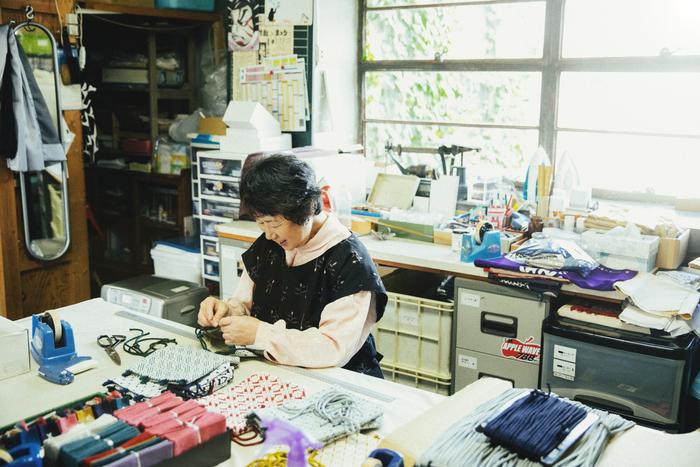 1969年に入所した三浦佐知子さん。2003年青森県伝統工芸士に認定されたこぎんのプロ。多数の講習などで講師を務めている