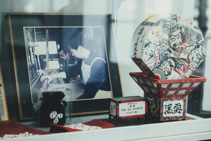 入口付近のショーケースには、こぎんのベストを着た若かりし成田さんの写真が