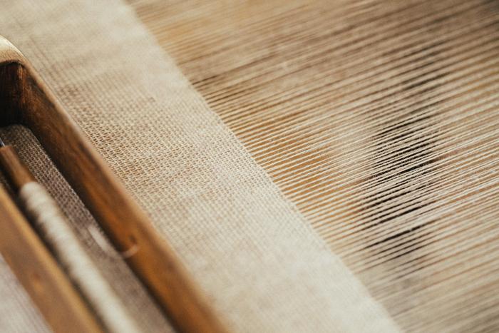 研究所で使用する麻布は、年に一度、外部の工場へ発注。当時のこぎん刺しを忠実に再現するため、布目が縦長になるよう特注している