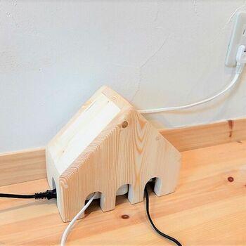 木製の電源タップカバーは、おうちの形をしていてとても可愛いデザイン。コードを出せる穴が開いているので、熱がこもりにくく、使い勝手も良いですよ。