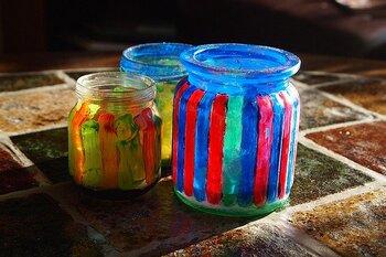 アクリル絵の具は固着力が強く、乾くと耐水性になります。汚れが付くとなかなか落ちないので注意が必要ですが、お子さんがある程度の年齢なら、アクリル絵の具を使ってガラス瓶などにお絵かきするのも楽しいですよ。