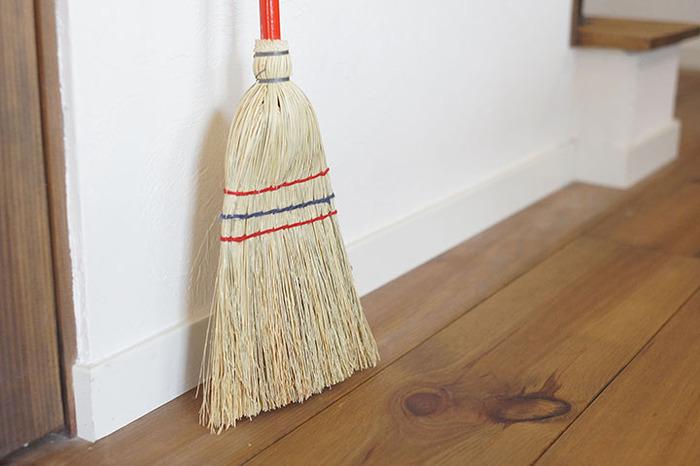 赤い柄のアクセントが可愛くて、使うたびに気分が上がりそうです♪天然ワラを使用しているので、ゴミを絡めとりながら隅までしっかり掃き取ることができます。室内はもちろん、玄関先やベランダなどの屋外でも活躍してくれますよ。