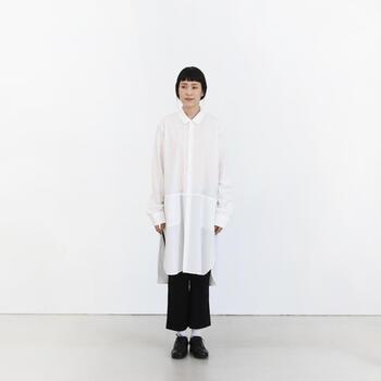 さらりと着こなせるロングシャツは、パンツとのレイヤードコーデにもぴったり。目の細やかなコットンの生地で、繊細な印象のロングシャツです。こちらのブランド「susuri」のアイテムは、女性らしさを取り入れたメンズのパターンを作り、そのパターンを元にレディースのものを制作する、という少し珍しい方法で作られています。