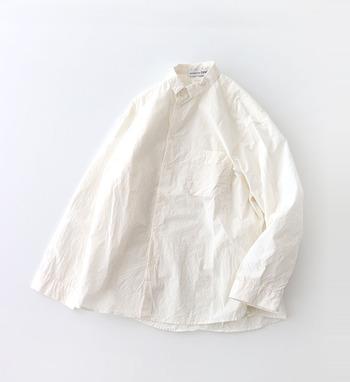 まずは、長く着られるスタンダードなデザインのシャツを。コットン100%のこちらのシャツは、洗いざらしのような風合いを引き出す加工がされています。きちんと感がありながらも、ナチュラルで優しい雰囲気をまとえる一枚です。