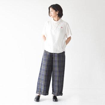 気温が上がり始める季節には、さらりと着られる半袖のシャツもおすすめです。丸いデザインの襟元がかわいいこちらの白シャツは、リネン100%でナチュラルな雰囲気たっぷり。ベーシックな中に、ブランドロゴのワッペンや、両サイドの丸ポケットなど、こだわりのデザインが施されています。