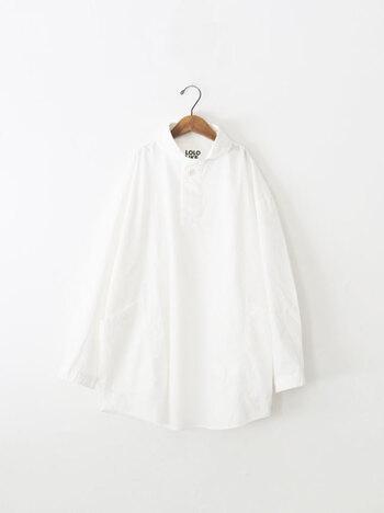 春から初夏のそよぐ風によく映える、真っ白なシャツ。真っ白なシャツの袖に腕を通すと、なんだかシャキッとした気分になりますよね。潔い白が素敵な「シャツ」や「ブラウス」のおすすめアイテムやコーディネートと、そのお洗濯方法を解説していきます。
