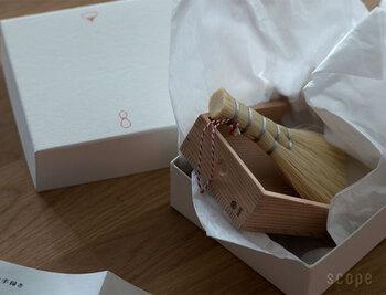 パッと見ただけで伝わる上質さ。高級木材の秋田杉柾目材を吟味し、釘や接着剤を使わず、指物(さしもの)という伝統的な手法で作られています。使い心地良く美しい掃除道具は、一生ものとして長く愛用できますね。