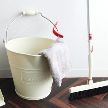 モップやほうきで取りきれないホコリや、トイレなどの水回りは週に一度の水拭きでスッキリさせてしまいましょう。目には見えない細かい汚れまで拭き取れるので、爽快な気分になれますよ。置いておくだけでおしゃれなので、見せる収納でいつでも取り出しやすい場所に置いておきたいですね。